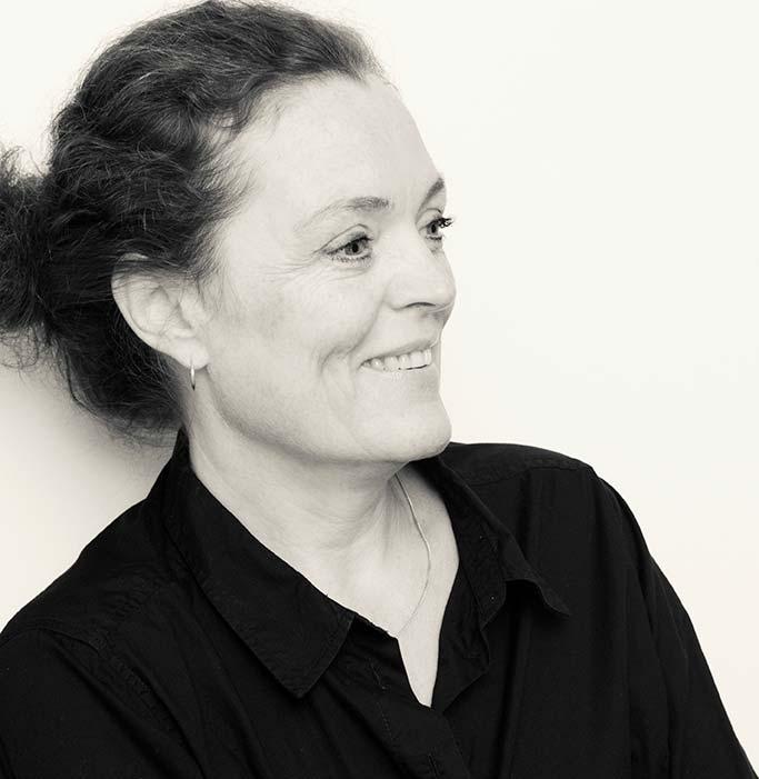 Evelyne Daoût. Graphiste, conceptrice, et directrice artistique. Je travaille avec un réseau d'experts de l'activation digitale, de la photographie, de la vidéo et de la stratégie.